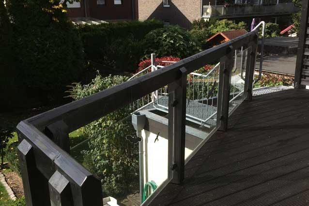 Holzbalkone mit Glasbrüstung