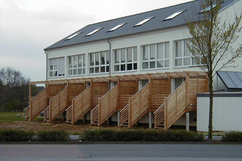Holzbalkone mit integrierter Treppe